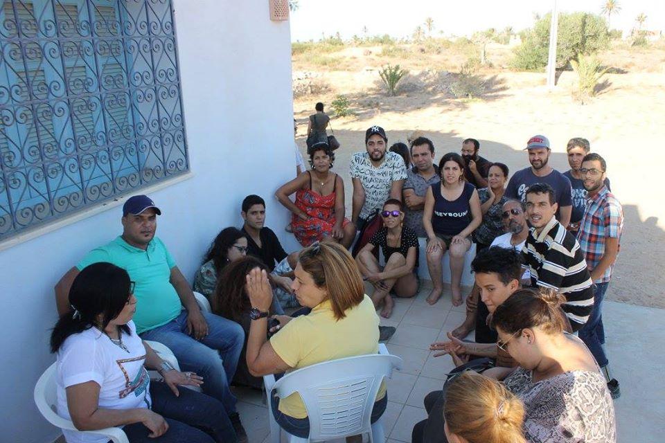لينا بن مهنّي تتوسط مجموعة من نشطاء المجتمع المدني
