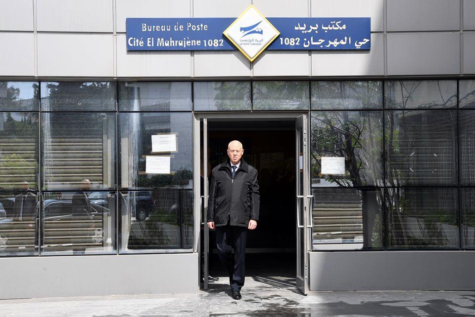 صورة لرئيس الجمهورية قيس سعيّد بعد الإنتهاء من التبرّع بأحد مراكز البريد بالعاصمة