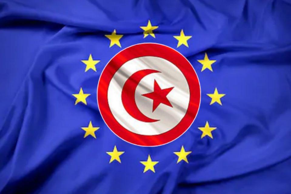 علم الإتحاد الأوروبي توسطه علم تونس