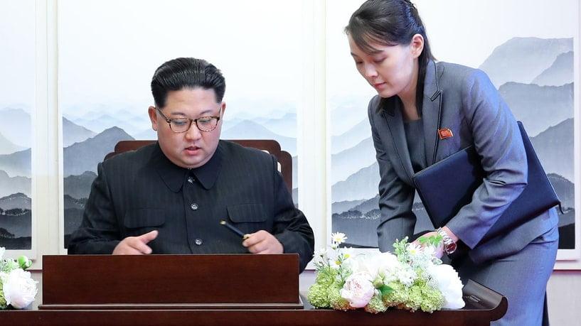 كيم يو جونغ تجمعا بصورة مع أخيها كيم