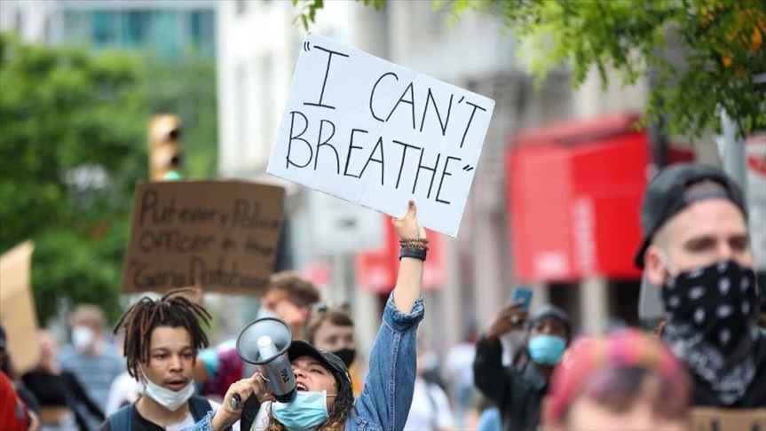 """صورة من الإحتجاجات تحمل شعار """"لاأستطيع أن أتنفس"""" التي رددها جورج فلويد أثناء إعتقاله"""